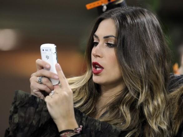 Melissa Satta scrive un sms al Lutile Idiota